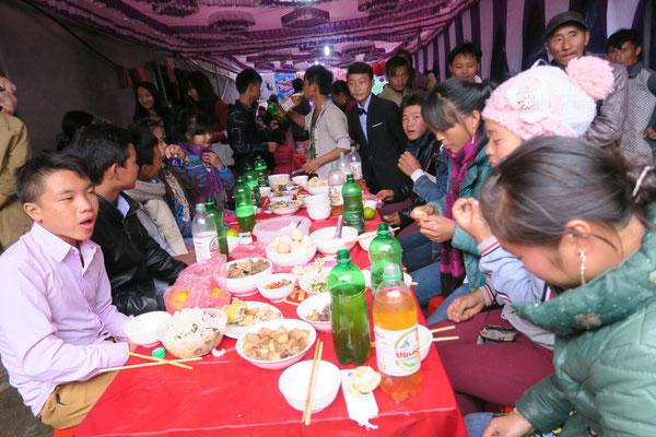 La table du marié (le petit jeune debout en costume)