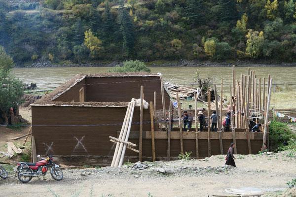 Construction d'une maison en terre : il faut de la main d'oeuvre pour tasser la terre