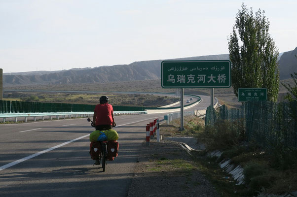 Sur la route de Kashgar : pas facile de trouver la bonne direction entre Ouighour et Chinois