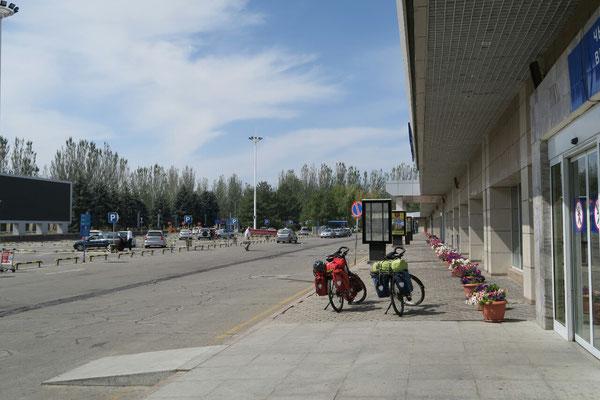 Aéroport de Bishkek : prêts à prendre la route.