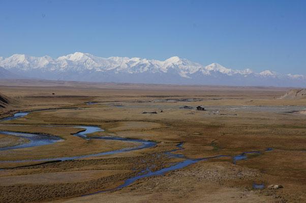 Plateau entre le Kirghizistan et le Tadjikistan. Au loin, la chaine des Pamirs.