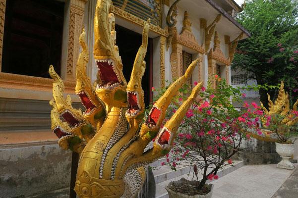Les serpents gardent l'entrée du temple
