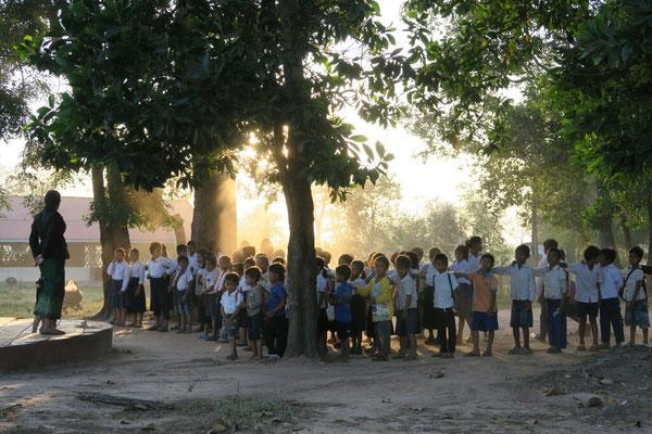 Avant d'entrer en classe, c'est le lever de drapeau - Cambodge