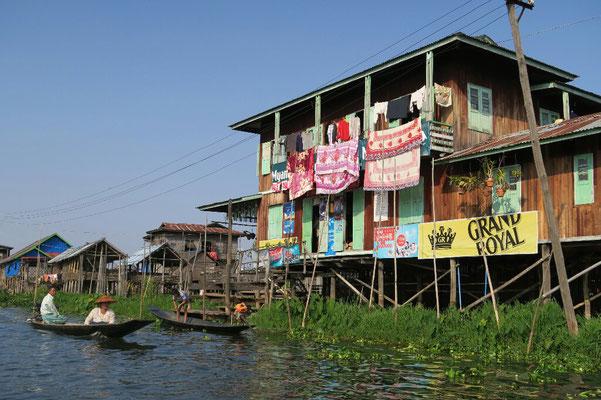 Village flottant sur le lac Inle