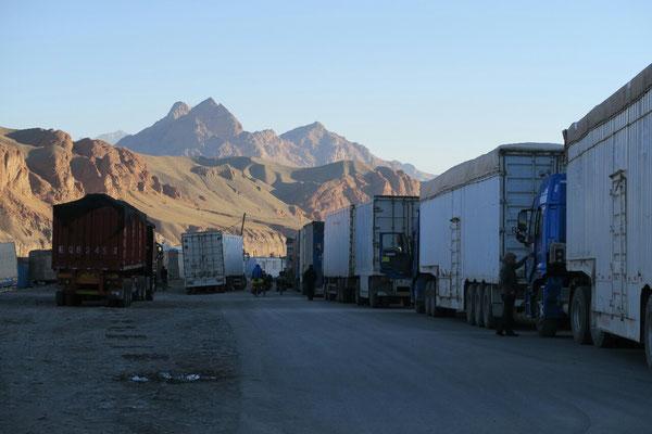 Les camions qui attendent pour passer la frontiere. Heureusement, on va tous les doubler!