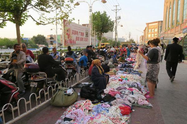 L'allée des scooters et le marché local
