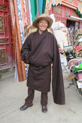 Les tibetains gardent toujours une manche vide, on n'a pas encore compris pourquoi. Toute suggestion est bienvenue!