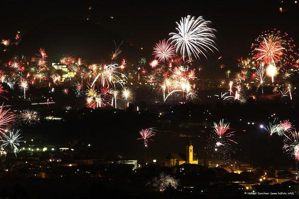 Silvesterfeuerwerk mit Festung Kufstein im Hintergrund und Ebbser Dom im Vordergrund