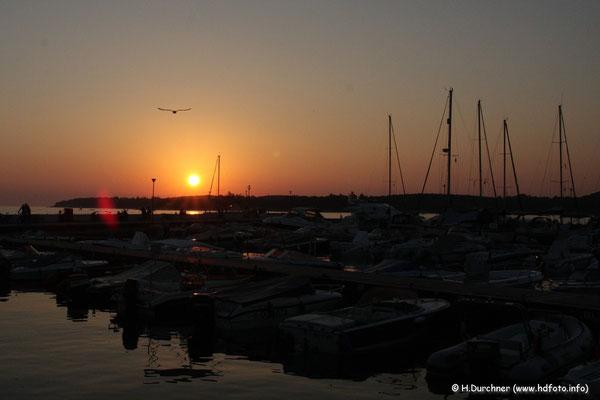 Sonnenuntergang am Hafen in Valalta
