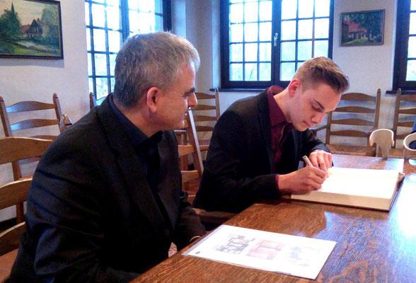 Florian und Bürgermeister Peter Maier während der Zeichnung des Goldenen Buches