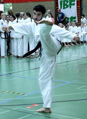 Shahruh Nuriddinov mit einer freien Form.