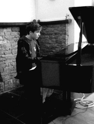Kultur in der Fachschaft Taekwondo: Jaro am Klavier.