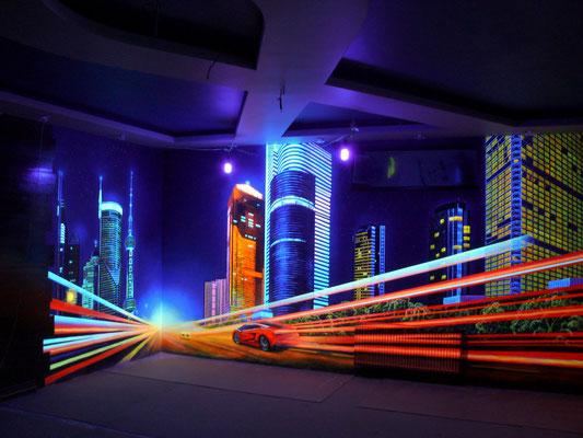 При использовании ультрафиолетовых ламп, роспись стены  обретает 3D  эффект.