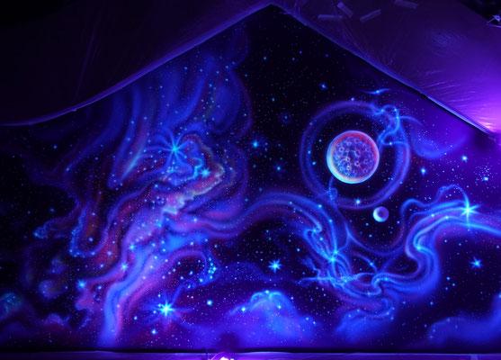При использовании ультрафиолетовых ламп роспись потолка, обретает 3D  эффект