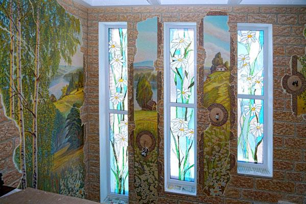 Роспись коттеджа в деревенском стиле, имитирует старинную фреску, гармонично сочетается с рисунками витражей на окнах.