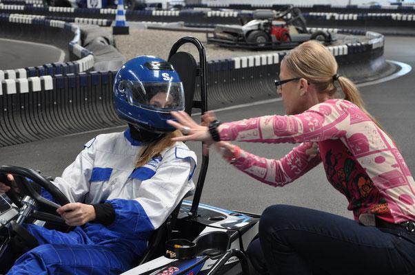 Antje Diller-Wolff bei der Produktion des Imagefilms für die Polizei Niedersachsen mit einem Kart-Fahrer