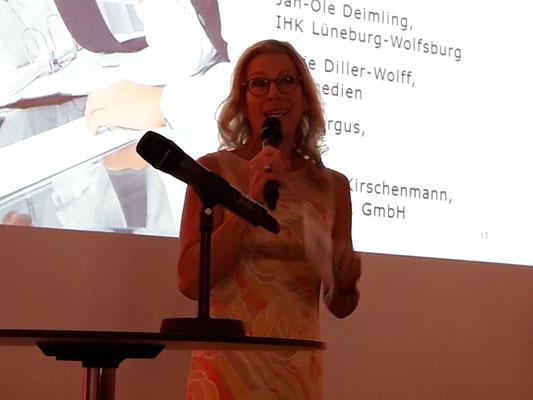 Jurymitglied und Moderatorin Antje Diller-Wolff beim IHK Azubi-Filmwettbewerb Lüneburg-Wolfsburg