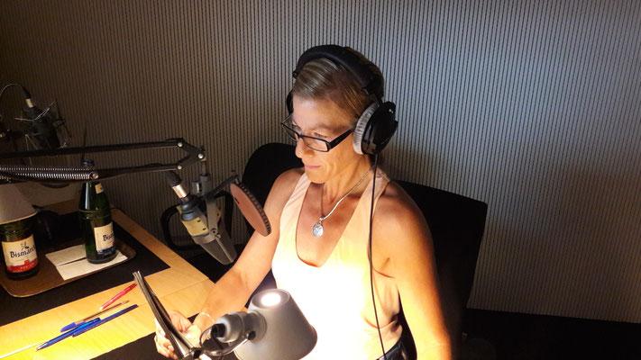 Antje Diller-Wolff vor dem Mikrofon bei der Synchronisation für einen Film