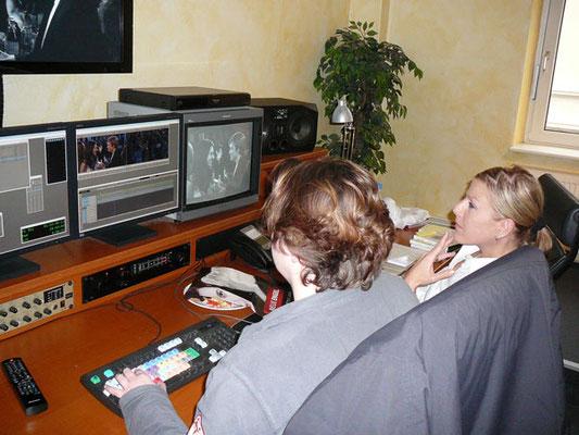 Antje Diller-Wolff und Mitarbeiterin im Schnittraum bei der Arbeit
