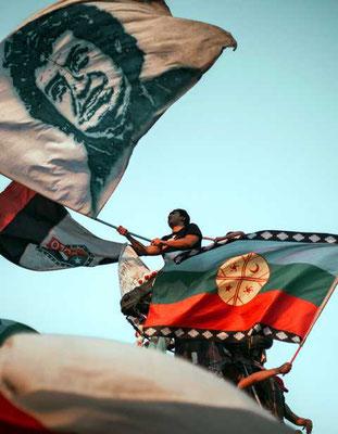 Mapuche und Víctor Jara als Flaggensymbole