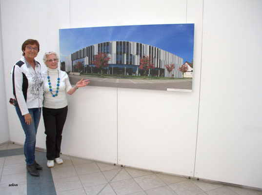 Mitglieder vom Fotoclub Ansbach, vor dem Foto der Maschinenbauschule.