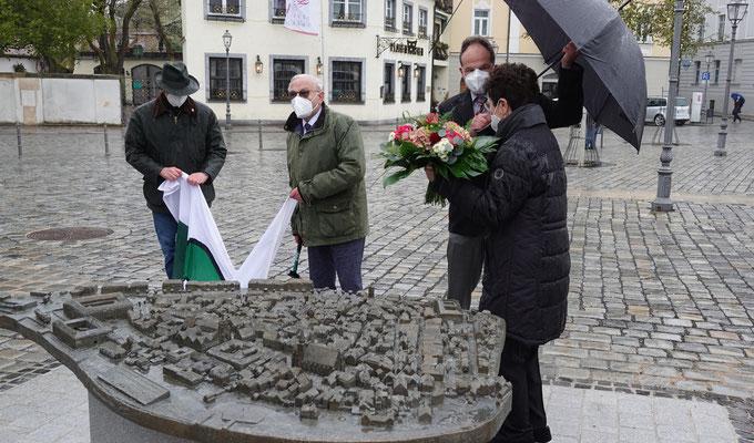 Bei der Enthüllung des Bronzemodell in Ansbach.