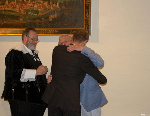 Zwei gute Freunde, Dr. Christoph Hammer und Friedrich Hilterhaus, bei der Überreichung des Dinkelsbühler Stadtwappen, an den Mäzen Friedrich Hilterhaus