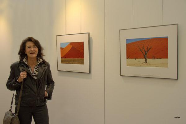 Angelika Besenbeck, mit ihren Bildern.
