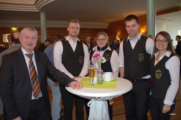 Ernst Berendes mit einer kleinen Gruppe vom Jugendblasorchester Ansbach