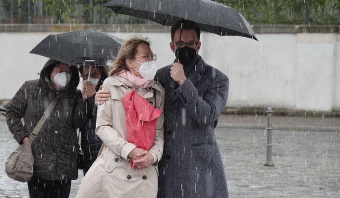 Das Künstler Ehepaar Brörken, in stürmischen Zeiten am Schlossplatz zu Ansbach.