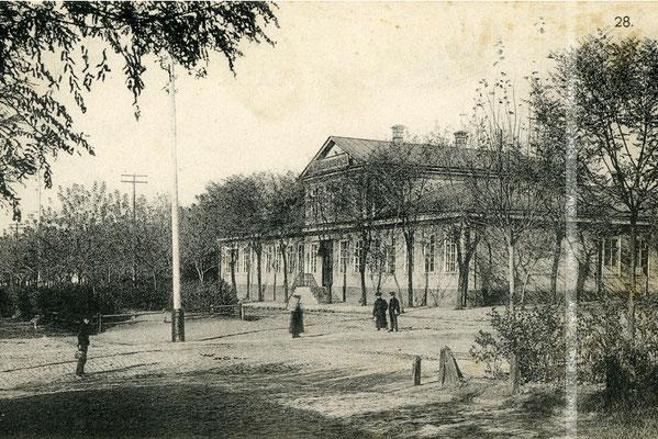 Місто Олександрівськ. Вище початкове училище на Гоголівській вулиці (будівля збереглася).