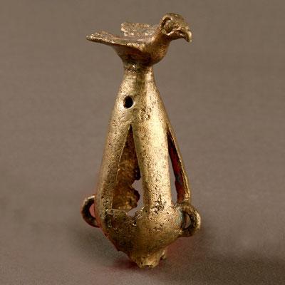 Бронзове грушоподібне пустотіле навершя, увінчане фігурою хижого птаха. Гайманова Могила. Розмір навершя: 11,8 х 4,4 см; розмір фігури птаха: 5,5 х 3,5 см, висота — 2,7 см. ЗКМ, арх. 674
