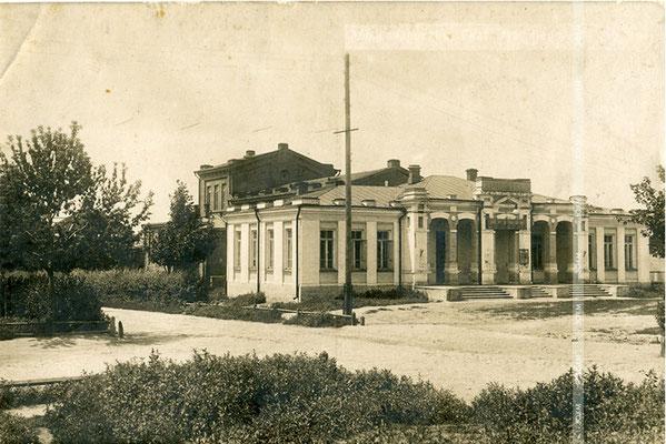 Місто Олександрівськ. Народний будинок (будівля збереглася).