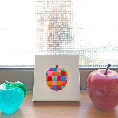 「りんご」10×10cm、刺繍