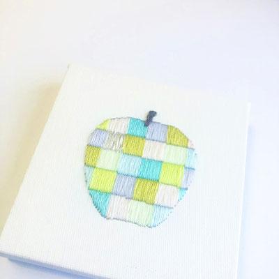 「青りんご」10×10cm、刺繍