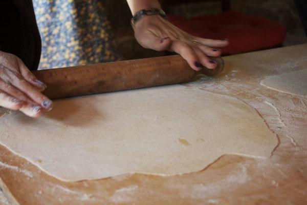pratica in cucina, mani in pasta