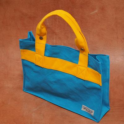 スカイブルーとイエローのバッグ
