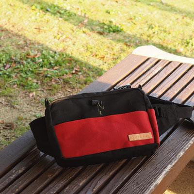 赤と黒のボディーバッグ