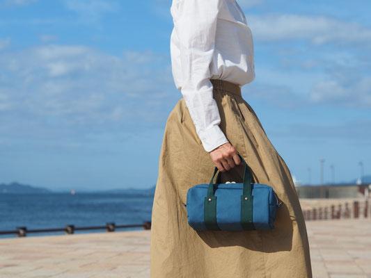 青色のミニバッグ