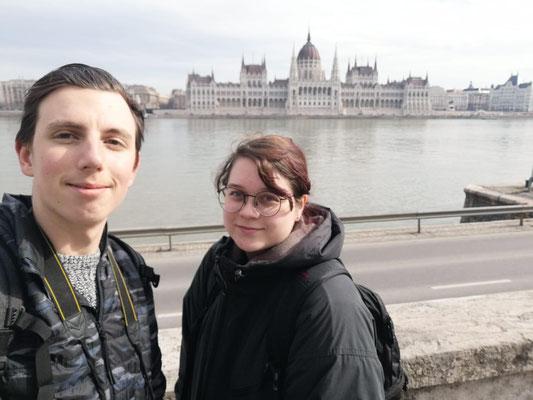 Lukas und Nadine vor dem weltbekannten Parlament in Budapest