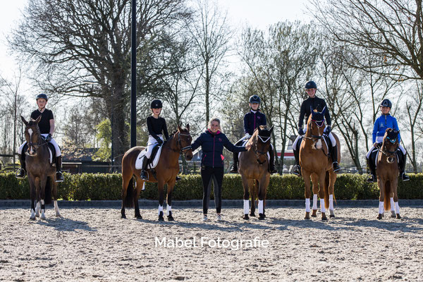 Van links naar rechts: Max met Zonnetje, Mirthe met Ukkie, Jill Huijbrechts, Noa met Rosa, Thirza met Gup & Manouk met prins Tommie