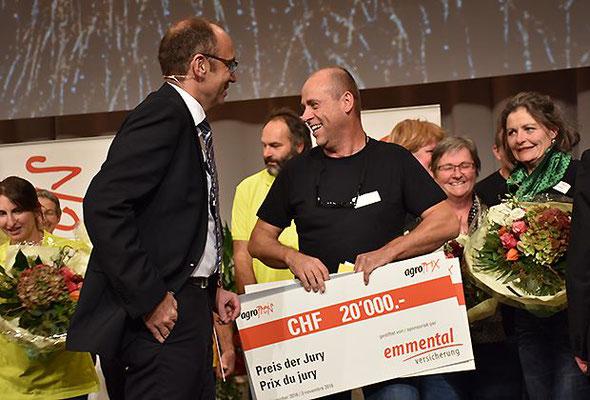 Bauernpräsident Markus Ritter gratuliert Ueli Ramseier zum Preis
