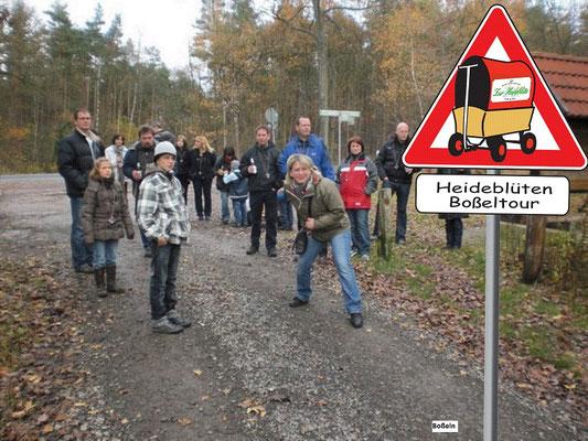 Weihnachtsfeier: Boßeln duch den Heidewald.
