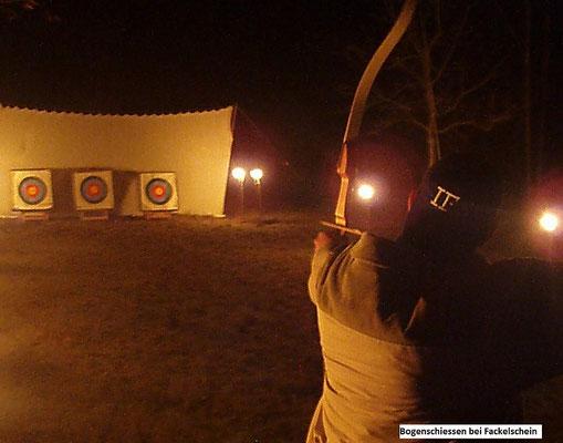 Weihnachtsfeier mit Bogenschießen bei Fackelbeleuchtung