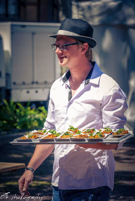 Der Mann mit dem Hut - als Verteiler von der Kochbühne