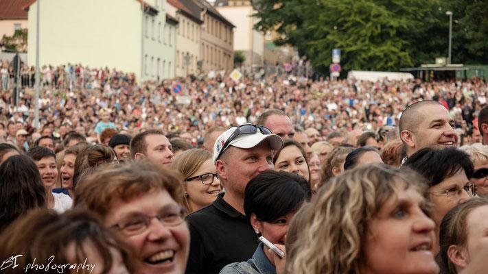 erwartungsvolle Zuschauer und Fans