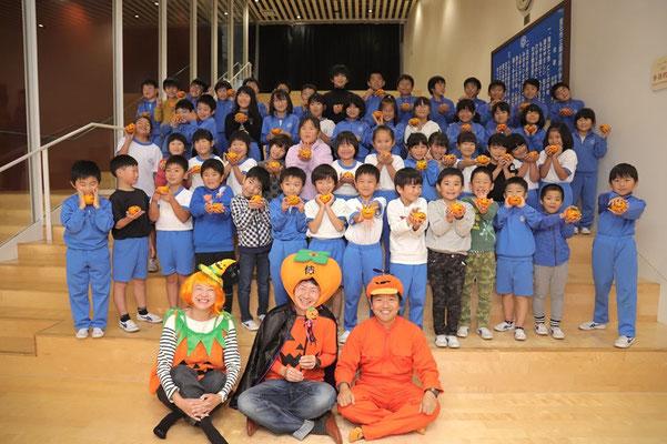 釜石市立鵜住居小学校で記念撮影