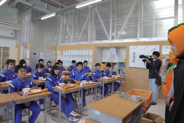 釜石市立釜石東中学校、給食時間に伺ってプレゼントしました