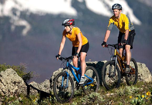 Radfahrer und Biker auch auf dem Innradweg, direkt am Hotel zur Post