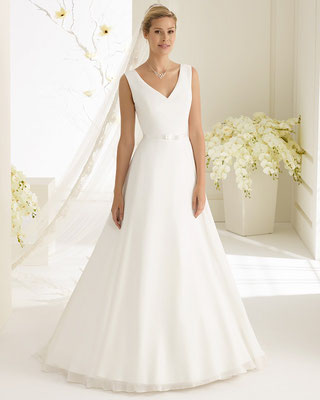 schlichtes A-Linie Brautkleid aus Chiffon mit Schleppe vorne